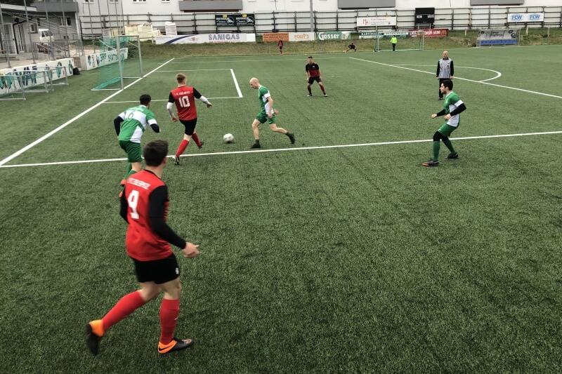 1. FC Edelspitz mit Angriff